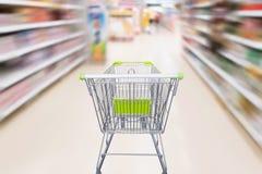 有抽象行动迷离超级市场的购物车 库存照片