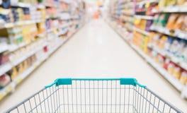 有抽象迷离超级市场的空的购物车 库存照片