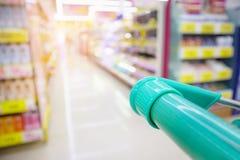 有抽象迷离超级市场的购物车 免版税库存照片