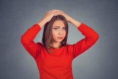 有担心面孔表示看的紧张的年轻女人 免版税库存图片