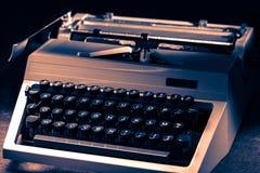 有拉丁字母的打字机在定调子 库存图片