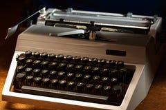 有拉丁字母的打字机在特写镜头 免版税库存图片