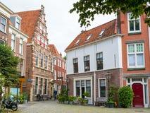 有拉丁教学楼的街道在莱顿,荷兰 库存照片