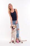 有拉布拉多猎犬的美丽的白肤金发的女孩 免版税库存图片