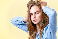 有拉扯她的头发的雀斑的年轻烦乱红头发人少年 疲乏的被注重的和沮丧的女学生 库存图片