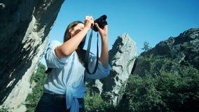 有拍在大峡谷的背包的少妇一张照片 股票视频