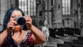 有拍在教会里面的长的黑色头发的性感的拉丁墨西哥妇女一张照片通过镜子 免版税库存图片