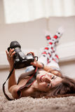 有拍摄照片的长袜的美丽的女孩 免版税图库摄影