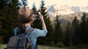 有拍早晨风景的照片背包的女性游人 拍山景的照片的与她的少年 影视素材