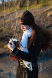 有拍照片的一台老照相机的女孩摄影师 库存照片