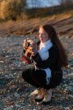 有拍照片的一台老照相机的女孩摄影师 免版税库存图片