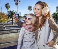 有拍照片的数字照相机的母亲和儿童旅行家 免版税库存图片