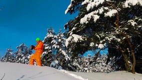 有拍照片的照相机的人户外在冬天多雪的风景 影视素材