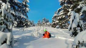 有拍照片的照相机的人户外在冬天多雪的风景 股票视频