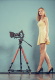 有拍照片的照相机的摄影师妇女 免版税库存照片