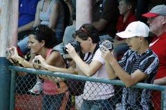 有拍照片的照相机的许多游人 免版税图库摄影