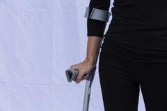 有拐杖的妇女 免版税库存图片