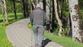 有拐杖的残疾人走开在道路的 股票视频