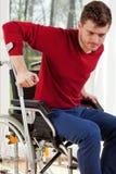 有拐杖的残疾人 免版税库存图片