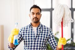 有拖把和洗涤剂清洁的印度人在家 库存照片