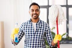 有拖把和洗涤剂清洁的印度人在家 免版税库存照片