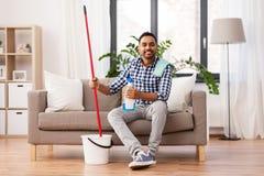 有拖把和洗涤剂清洁的印度人在家 免版税库存图片