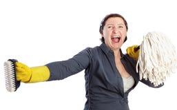 有拖把的一名妇女尖叫。 库存照片