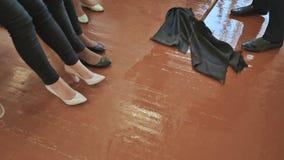 有拖把的学生人在学校教训以后洗涤在类的走廊 滑稽学生的女孩和耍笑的培养他们的腿 影视素材