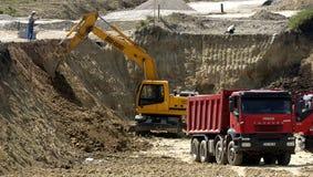 有拖拉机和翻斗车的建造场所 免版税库存图片