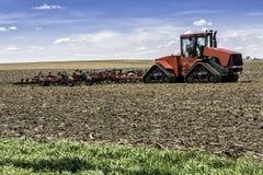 有拖拉机的农场 免版税库存照片