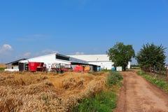 有拖拉机的牛棚 免版税库存照片