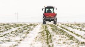 有拖拉机种子的农夫-播种播种在农业领域 免版税库存图片