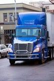 有拖车和防撞器保护的现代明亮的半蓝色卡车 图库摄影