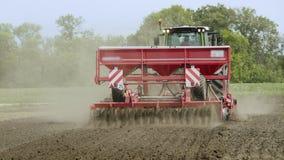 有拖车播种机播种的农用拖拉机在被犁的土地 培养的域 影视素材