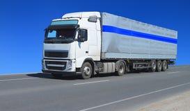 有拖车的一辆白色卡车 免版税库存图片