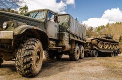 有拖车的军用卡车 免版税库存图片