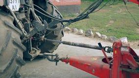 有拖车的农业拖拉机在奶牛场 种植播种机弹簧的农业机械 股票录像