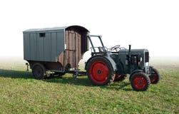 有拖车的历史的拖拉机 免版税库存图片