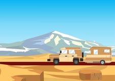 有拖车的路汽车,沙漠山在背景中 库存图片