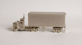 有拖车的钢色卡车 库存图片