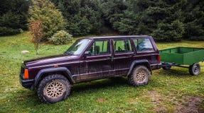 有拖车的Jeep Cherokee 图库摄影