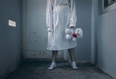 有拘身衣的患精神病的女孩在精神病学 免版税库存照片