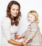 有拥抱小逗人喜爱的女儿的年轻人相当时髦的母亲,愉快的微笑的家庭,生活方式人概念 免版税库存图片