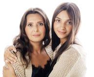 有拥抱成熟的母亲的, tann混血儿的时尚样式深色的构成关闭,温暖的颜色逗人喜爱的相当青少年的女儿 图库摄影