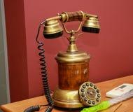 有拨号盘的古色古香的葡萄酒样式电话 库存图片