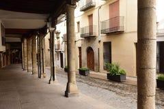 有拱廊的一条街道在莫雷利亚, Castellon省镇, 免版税库存照片