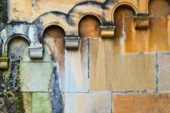 有拱廊的潮湿墙壁 免版税库存照片
