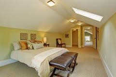 有拱顶式顶棚和天窗的宽敞主卧室 库存照片