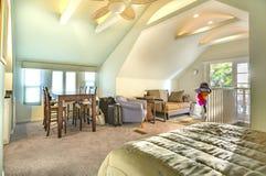 有拱顶式顶棚的明亮,开放和温暖的客厅,爱好者和 图库摄影