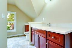 有拱顶式顶棚的空的卫生间 免版税库存照片